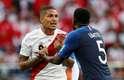 Guerrero conversa com Umtiti depois que recebe o cartão amarelo