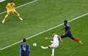Guerrero dribla Varane e dispara para o gol, mas Lloris faz bela defesa
