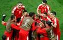 Sérvios comemoram gol de Mitrovic