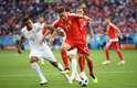 Akanji e Matic disputam a bola em Sérvia x Suíça