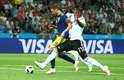 Berg ganha da zaga alemã na corrida, mas perde a passada e deixa Neuer sair para fazer a defesa