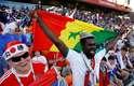 Torcedores de Senegal e do Japão curtem juntos o pré-jogo em Ecaterimburgo