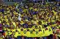 Torcedores da Colômbia fazem um mosaico com suas camisetas na partida contra a Polônia
