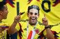 Torcedor colombiano usa uma máscara de Falcao Garcia na arquibancada de Kazan
