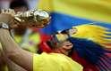 Torcedor colombiano com uma réplica da taça da Copa do Mundo durante partida contra a Polônia pelo Grupo H