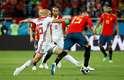 Sergio Ramos e Amrabat disputam a bola