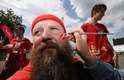 Torcedor dinamarquês prepara pintura para torcer no estádio