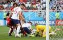 Batshuayi arrisca chute contra o gol da Inglaterra, mas Cahill salva