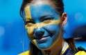 Torcedora sueca na arquibancada do estádio de São Petersburgo