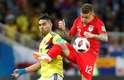Falcao Garcia, capitão da Colômbia, disputa bola com o lateral Trippier