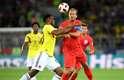 Kane e Mina disputam a bola