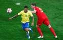 Gabriel Jesus batalha muito e rouba a bola de Vertonghen