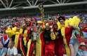 Torcedores belgas fantasiados e trajados com as cores de seu país antes do confronto contra o Brasil pelas quartas da Copa do Mundo