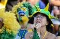 Torcida do Brasil assiste ao jogo contra a Bélgica em telão no Alzirão, Rio de Janeiro.