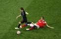 Modric dá um belíssimo drible e deixa o atacante Dzyuba no chão