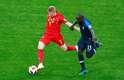 De Bruyne disputa a bola com Kante