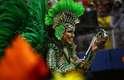 Musa da escola desfilou tocando o tamborim.