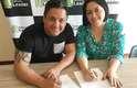 Edu Sacchiero e Andréia Roma na assinatura do contrato para a produção do livro de memórias do maquiador.