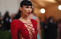 Megan Fox em estilo vintage de franja falsa no tapete vermelho