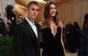 Justin e Halley Bieber sendo fofos no tapete vermelho do Met Gala 2021
