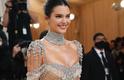 Kendal Jenner apostou no glamour e nas transparências, além de um belo sorriso