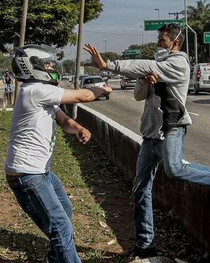 Homem protesta e é agredido por bolsonaristas