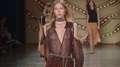 Estilistas deixam modelos com seios à vista na passarela