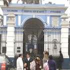 Lima: Paciente duerme en taxi por falta de camillas