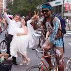 Ciclistas desnudos irrumpen en fotografía de boda