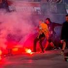 Hinchas del Benfica lanzan bengalas a aficionados del Atleti
