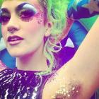 Com glitter nas axilas, mulheres protestam contra padrões