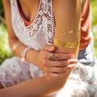 Tatuagem metálica ajuda a compor visual estiloso de verão