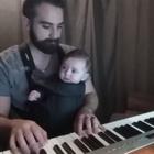 Un padre emociona a Internet durmiendo a su bebé al piano