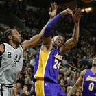 Spurs superan a Lakers y mantienen invicto en casa