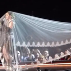 Madonna queda atrapada en un velo durante show