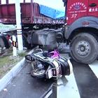 Vídeo: Un motorista esquiva la muerte de milagro en China