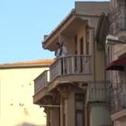 VIDEO: Asalta un banco y 'regala' el dinero en la calle