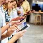 Los españoles miran el teléfono móvil 150 veces al día