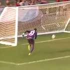 El ridículo del año: un portero se marca un gol en ...