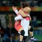 Celebró su oro llevando a su entrenador a hombros (FOTOS)