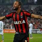 Atlético-PR volta a vencer e passa pelo Botafogo