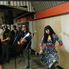 Mon Laferte y Caloncho sorprenden cantando en el Metro ...