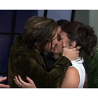 Luan Santana beija Bruna Louise na boca no Prêmio Multishow