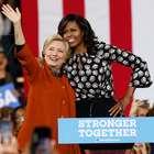 Michelle Obama se abraza con Hillary Clinton en North ...