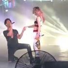Criss Angel baila 'El Sapito' con Belinda (VIDEO)