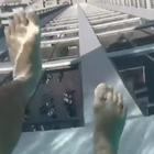 La piscina transparente suspendida a 150 metros de altura