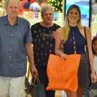 Dani Calabresa vai ao shopping com os pais