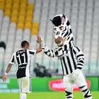Douglas Costa decide, Juve vence e segue na caça ao líder