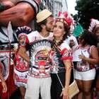 Fátima e namorado esbanjam carisma em bloco carioca