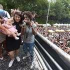 Filha de Neném acompanha show da mãe em cima de trio